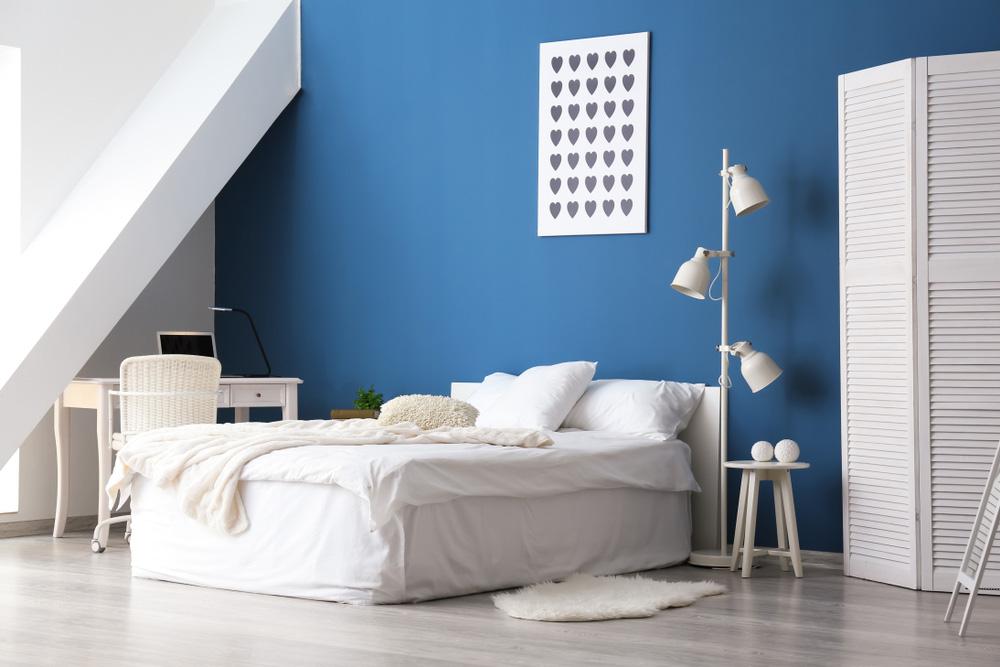 Mavi Duvarlı Yatak Odası